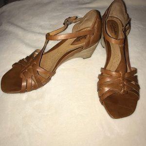 EUC Clark's Heeled Sandals Buckle Straps Size 8.